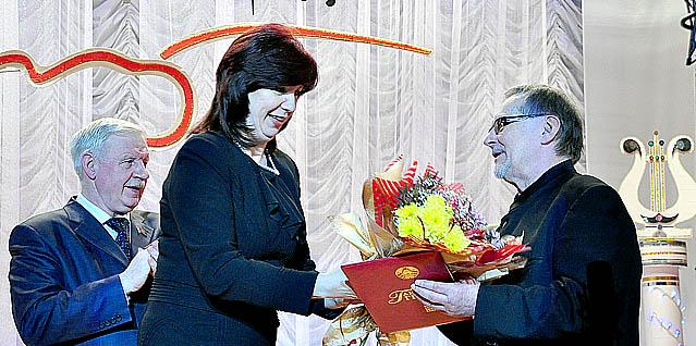 Наталья Качанова вручает грамоту Альберту Кожушкевичу