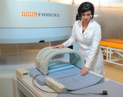Валентина Юганова демонстрирует магнитно-резонансный томограф