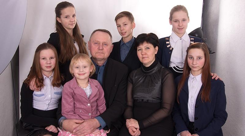 Воспитывать шестеро детей и заниматься общественной деятельностью: о жизни новополоцкой семьи Булгаковых