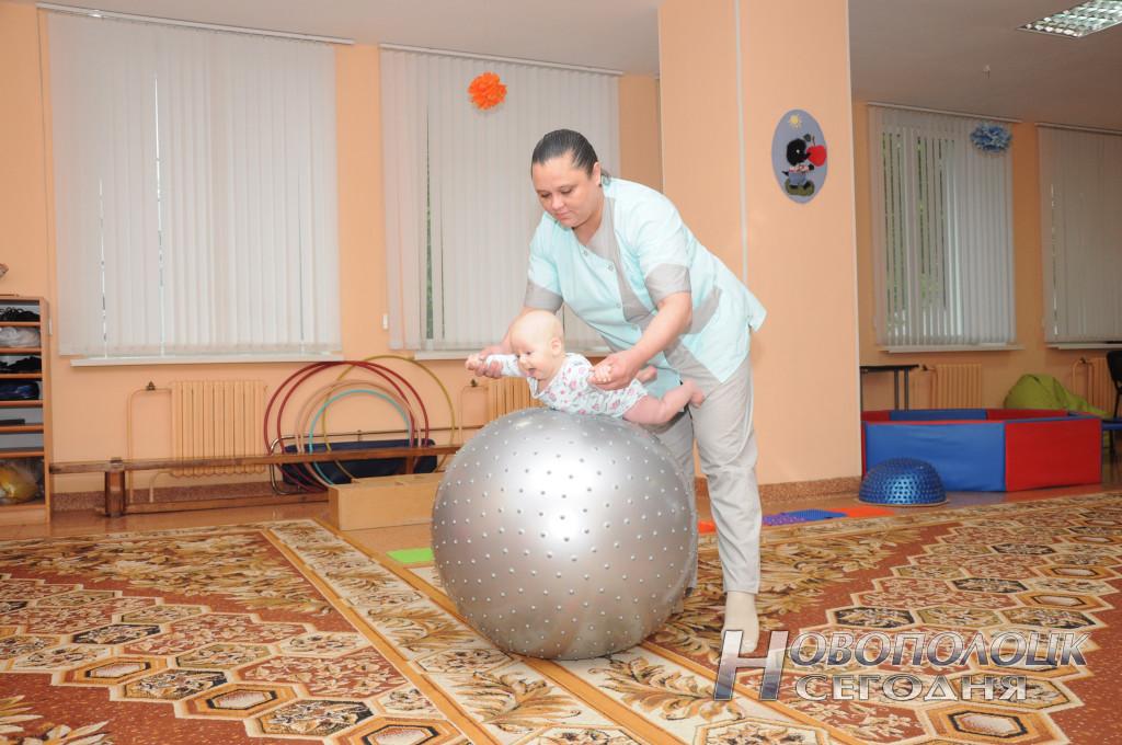 Инструктор по ЛФК Татьяна Хомич заботится о здоровье малышей