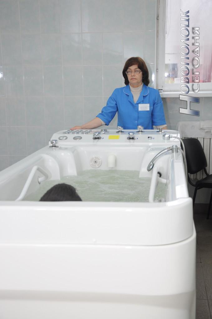 Медсестра Нина Иванова проводит водолечебные процедуры