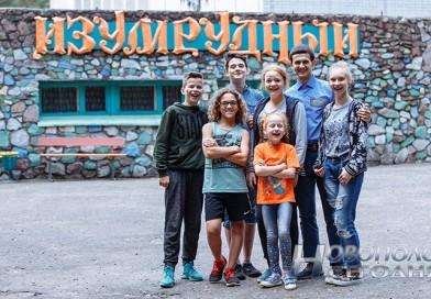 «Бесподобный» в «Изумрудном» — молодой воспитатель в лагере «Изумрудный», выпускник ПГУ  Владислав Барташевич