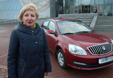 Василий Жарко вручил большого Хрустального журавля и ключи от автомобиля учителю года Светлане Румянцевой