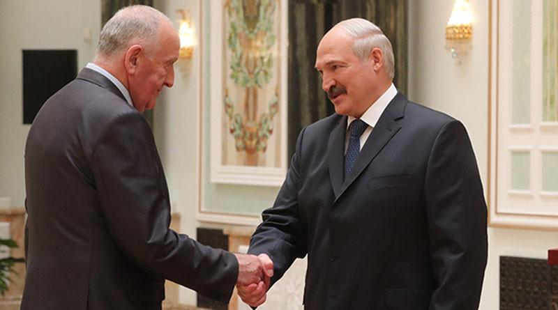 Mihailu Jeleshevichu vruchaet nagradu prezident