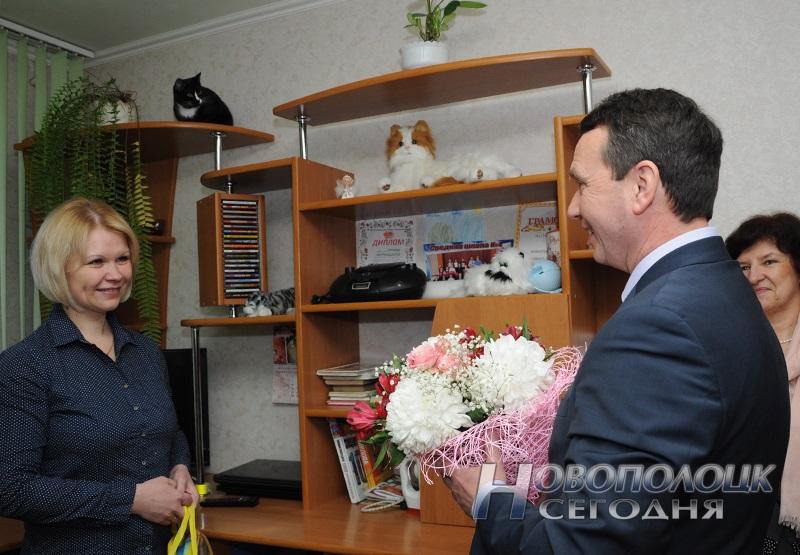 Заместитель главврача УЗ НЦГБ Игорь Мужиченко поздравляет родителей 1000-го малыша