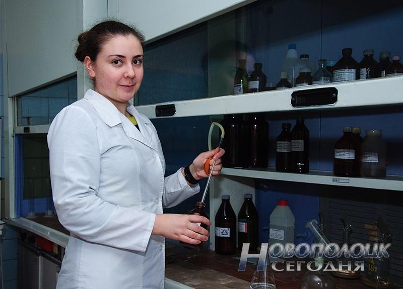 Молодой специалист, врач-лаборант (заведующий) санитарно-гигиенической лаборатории Тугаринова Анна Николаевна определяет содержание аммиака в питьевой воде