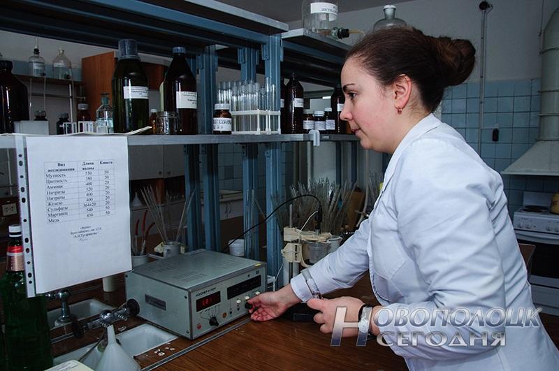 Молодой специалист, врач-лаборант (заведующий) санитарно-гигиенической лаборатории Тугаринова Анна Николаевна измеряет рН питьевой воды с помощью прибора рН-метра