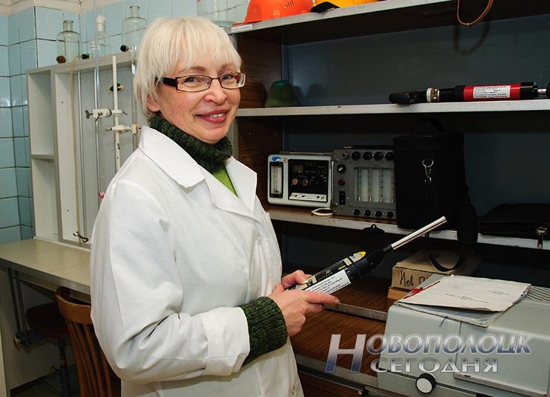 Врач-лаборант (заведующий) лаборатории физических факторов Громыко Людмила Ивановна измеряет уровень звука с помощью прибора шумомера «Октава- 110А»