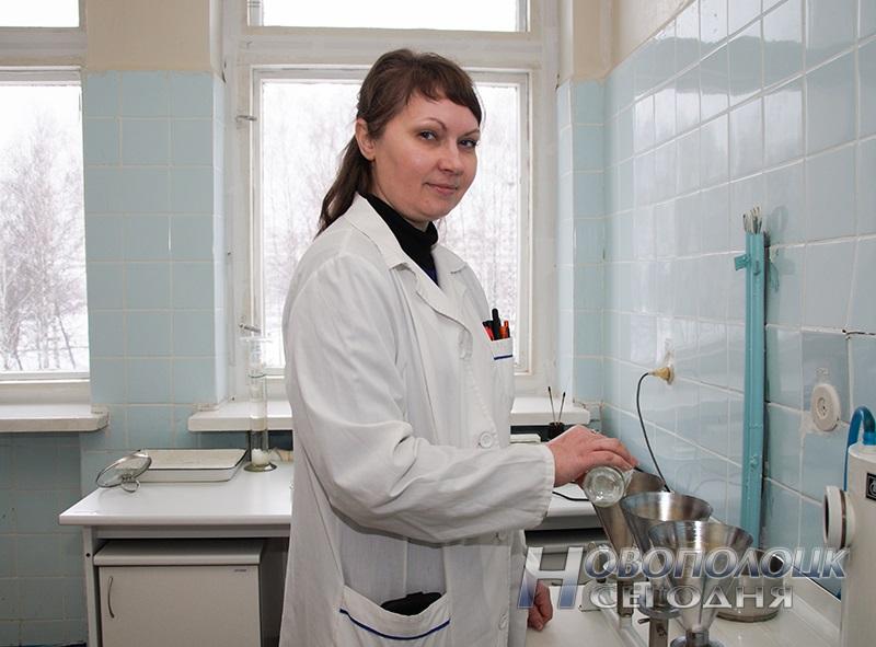 Фельдшер-лаборант микробиологической лаборатории Зеленко Лариса Васильевна производит посев водопроводной воды