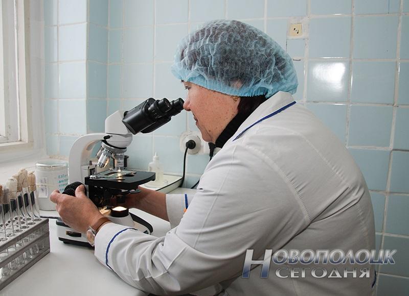 Фельдшер-лаборант микробиологической лаборатории Бондарева Тамара Васильевна проводит микроскопию мазков