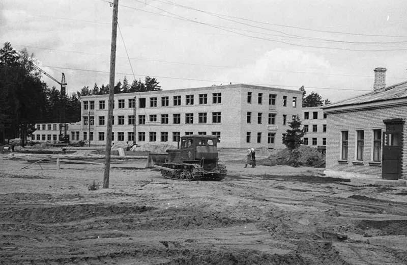 КП 2203-191 Возведены первые корпуса больницы посёлка 1959г
