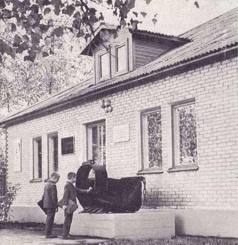 Ковш экскаватора у здания старого музея в барачном поселке_.