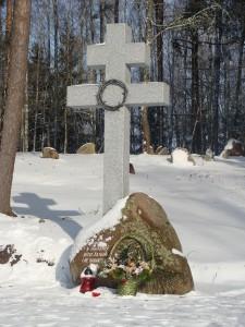 Крест стоит приблизительно на том месте, где была церковь в Хатыни
