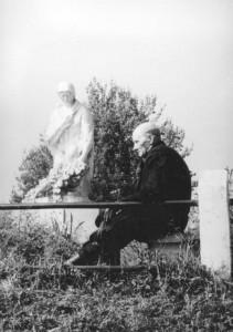 Иосиф КАМИНСКИЙ у памятника «Скорбящая мать», установленного в Хатыни в 1964 году. Фото сделано в 1965 году