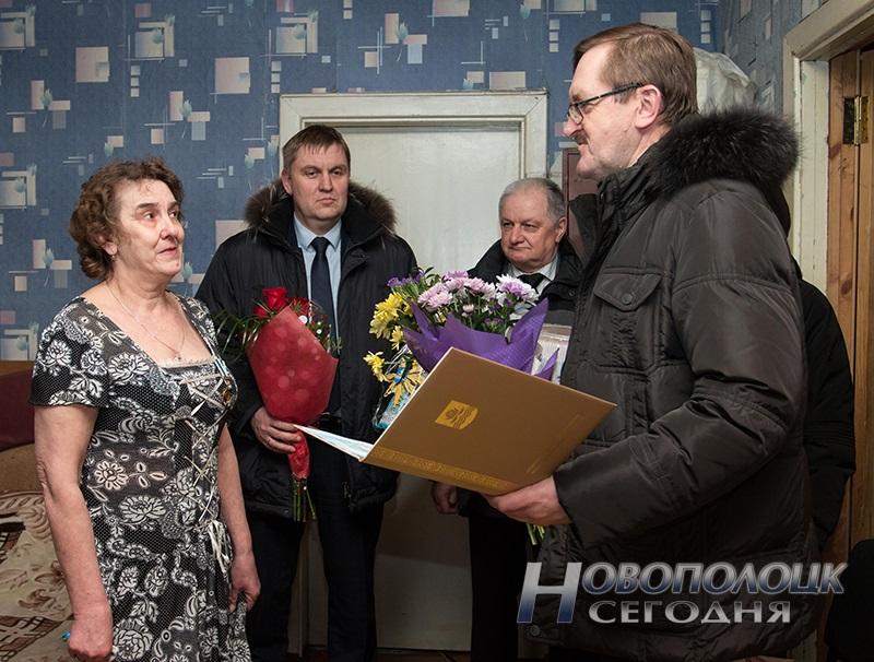 rukovodstvo Novopolocka pozdravljaet mamu Sahonenko (1)