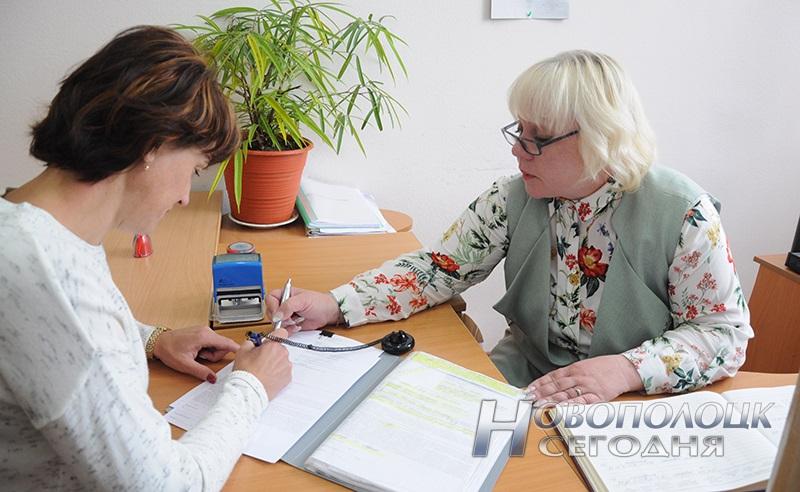 Екатерина Барышникова (справа) помогает посетителю заполнить заявление