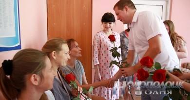 В новополоцком роддоме активисты БРСМ подарили молодым мамам вышиванки для новорожденных