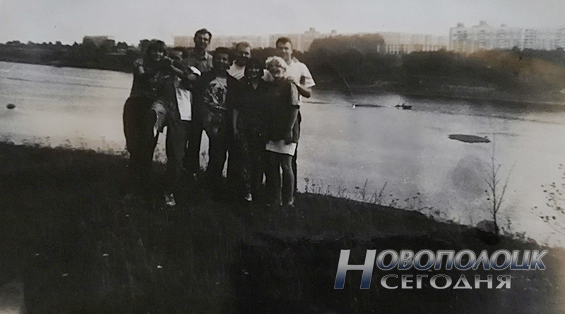 Бывшие жители деревни Зуи на берегу реки Двина. На заднем плане – Новополоцк, 1990-е гг.___