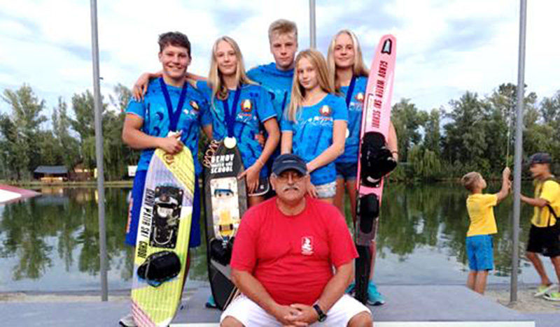 Заслуженный тренер РБ Аркадий Генов со своими воспитанниками на чемпионате в Днипро