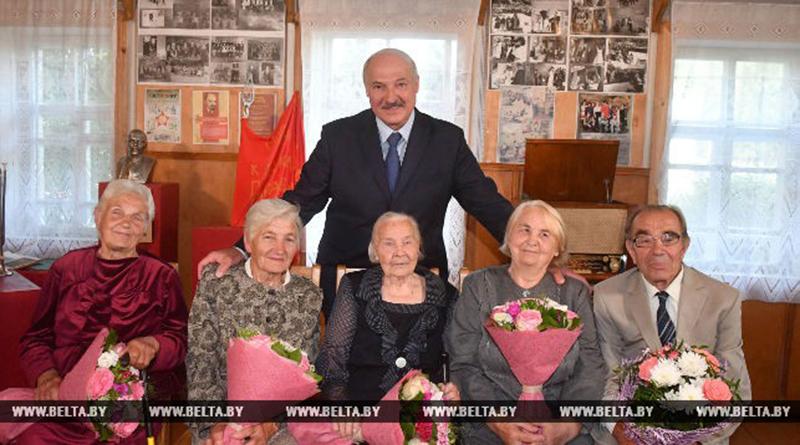 Александр Лукашенко со своими учителями