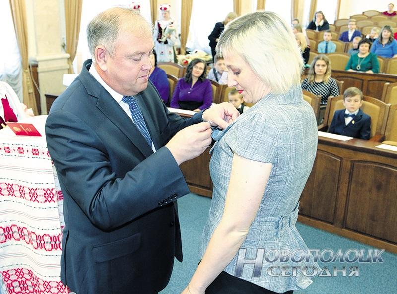 Заместитель председателя облисполкома Владимир Пенин вручает Орден Матери Екатерине Семенас