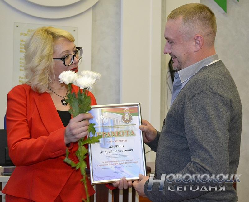 Ірына Каспуціс узнагароджвае Андрэя Жыляева