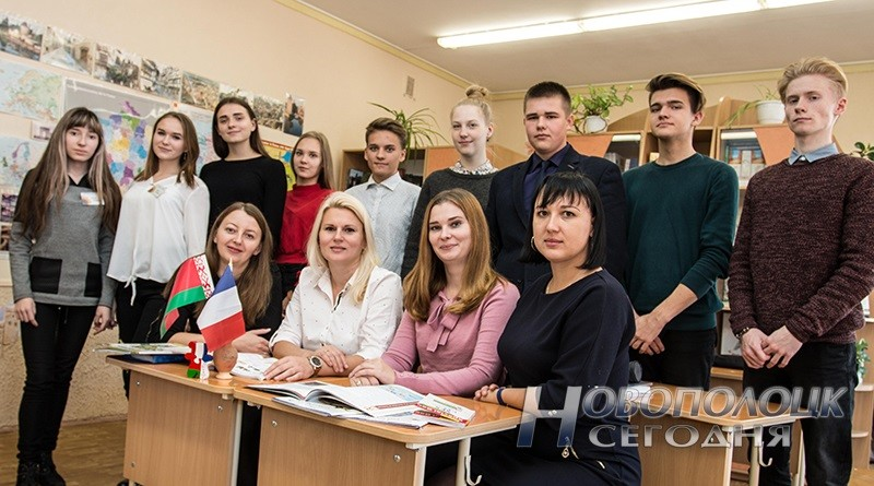 Учителя французского языка гимназии №1 Людмила Бахир, Ольга Сасина, Виктория Муравей и Любовь Батурина в окружении учеников