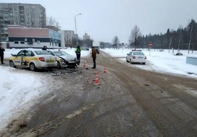 Зимняя дорога требует внимания: в Новополоцке столкнулись два автомобиля такси