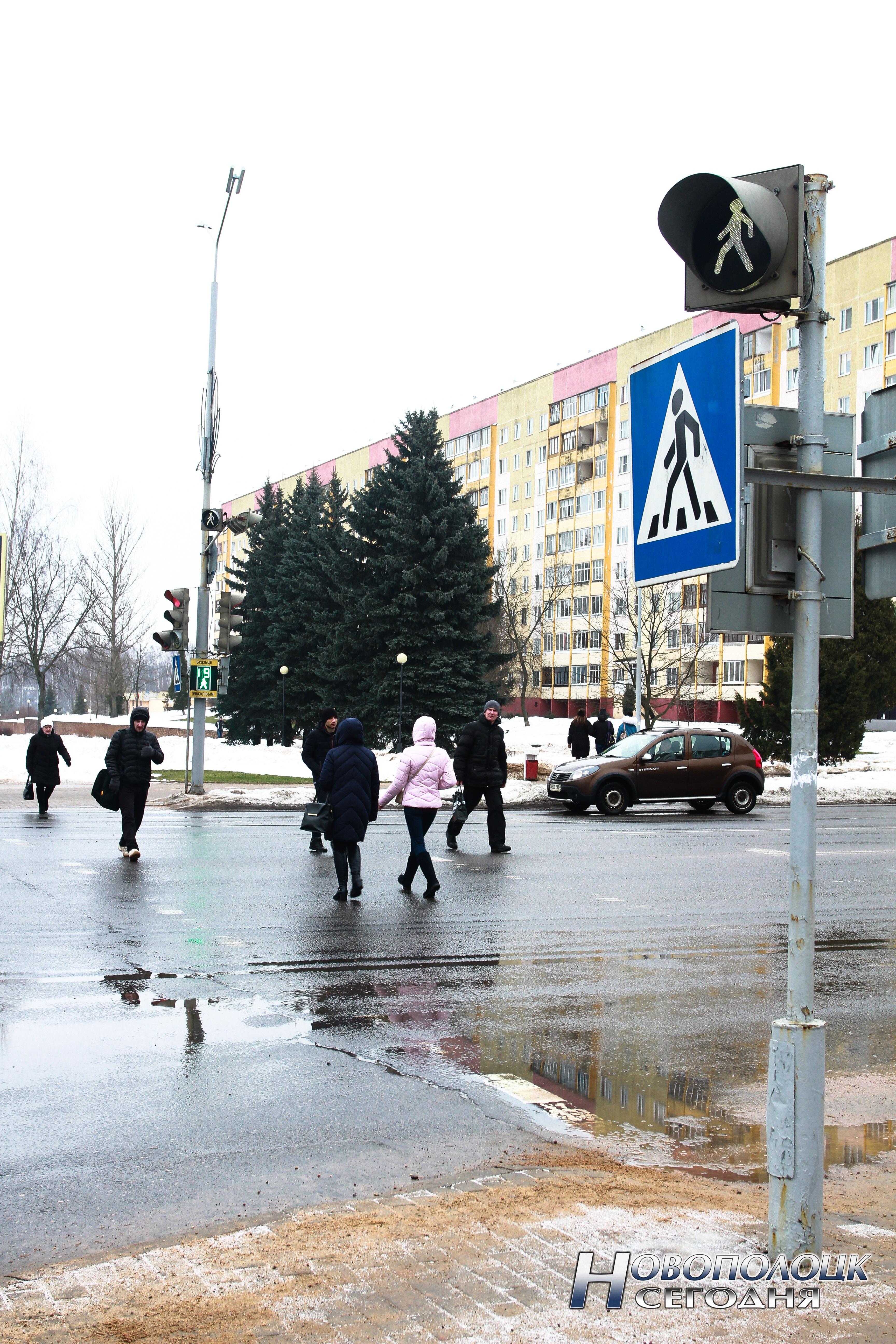 Пешеходы пересекают проезжую часть по регулируемому пешеходному переходу. Заметили, кто из них нарушает ПДД?