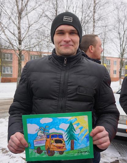 Александр Милованов с одним из рисунков, подаренный детьми на память о встрече