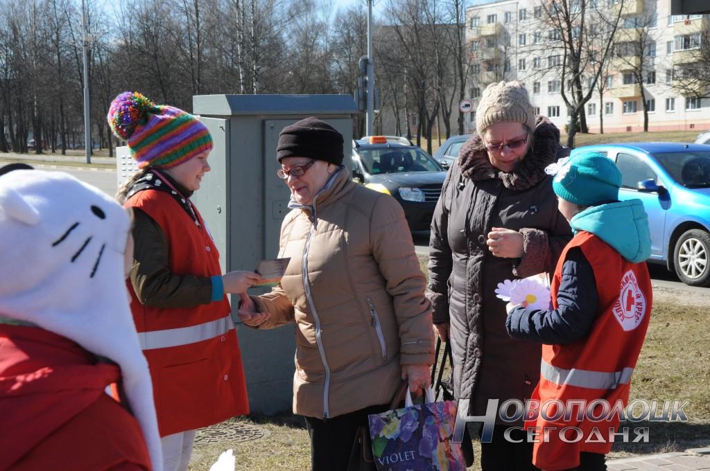 Белые ромашки – символ борьбы с туберкулезом волонтеры вручают новополочанам