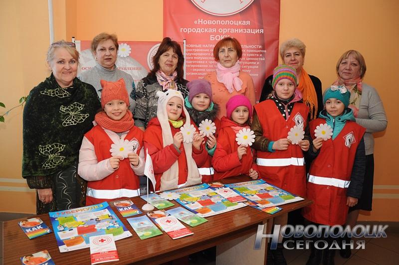 Сотрудники Новополоцкой организации БОКК с волонтерами из СШ№3