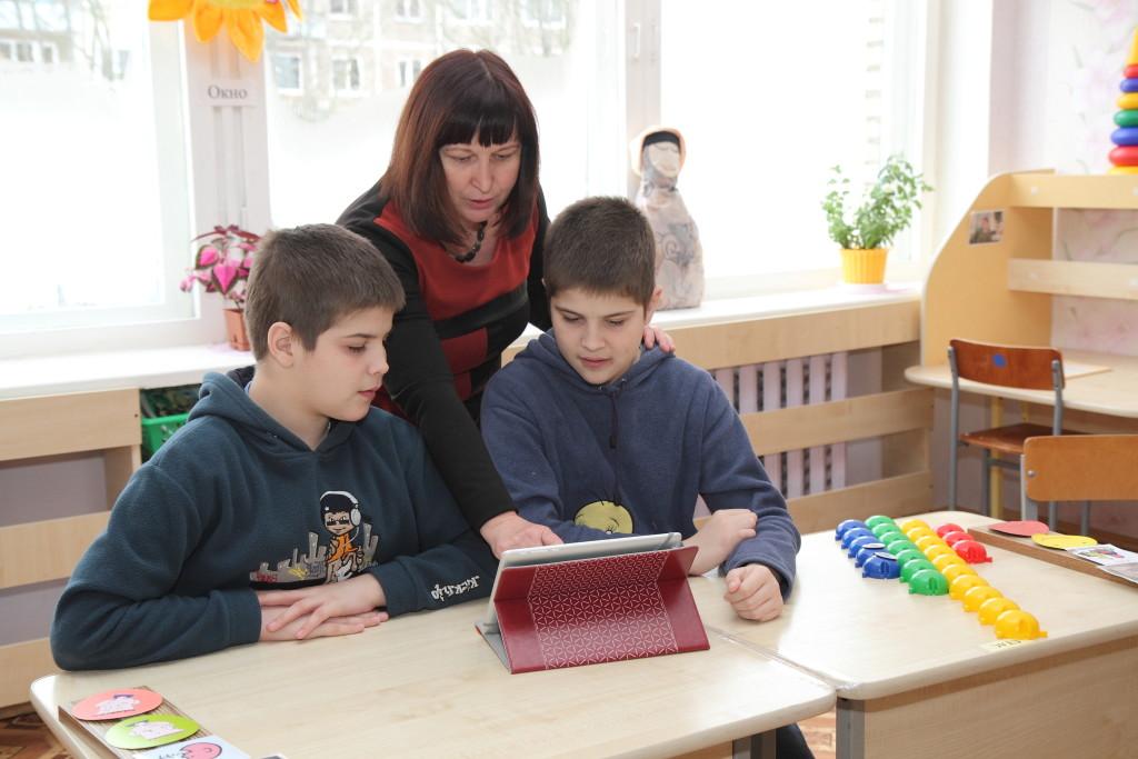 Педагог ЦКРОиР г.Новополоцка Галина Большакова более 20 лет работает с детьми-аутистами. Специальный класс для учащихся с аутистическими нарушениями функционирует в центре восьмой год. Сегодня здесь обучаются 7 новополочан.