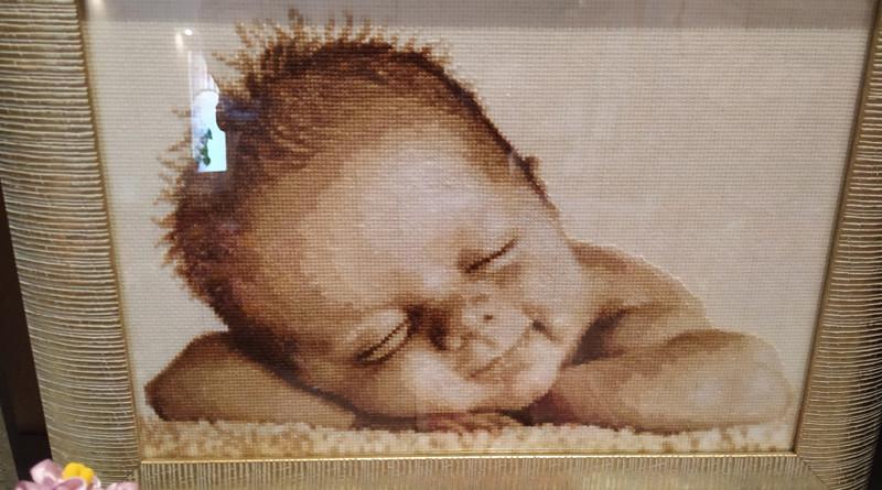 На вышивке малыш