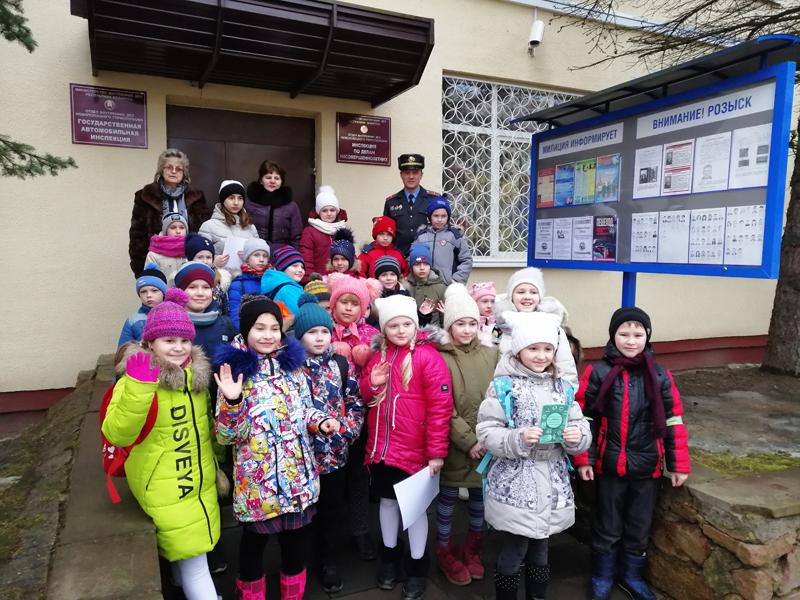 Новополоцкие школьники у входа в отдел ГАИ