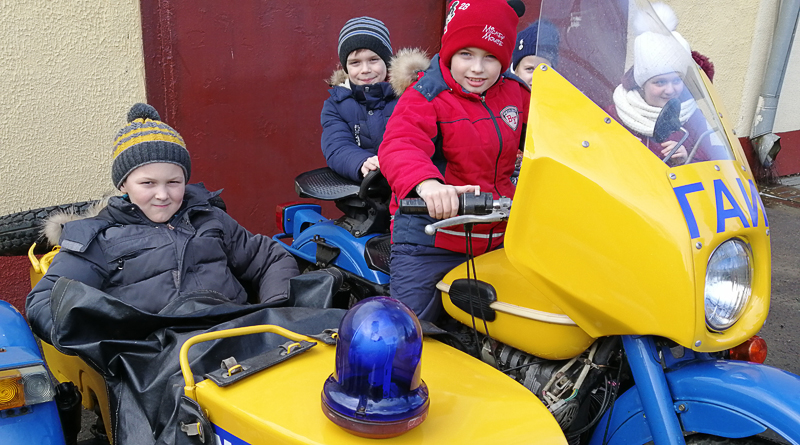 Юные новополочане за рулем милицейского мотоцикла