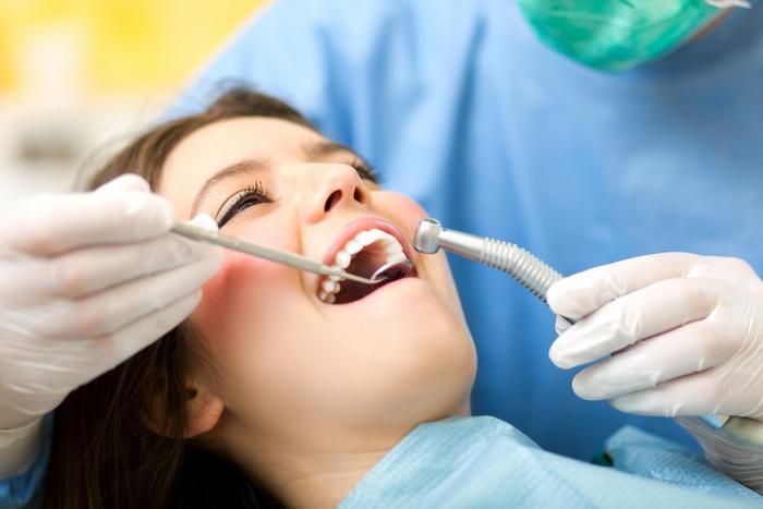 Чтобы не запустить кариес, на профилактический осмотр к стоматологу нужно приходить не реже чем раз в полгода Источник фото: director.by