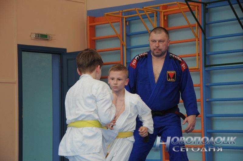 Тренер по джиу-джитсу Владислав Усанин вместе со своими воспитанниками