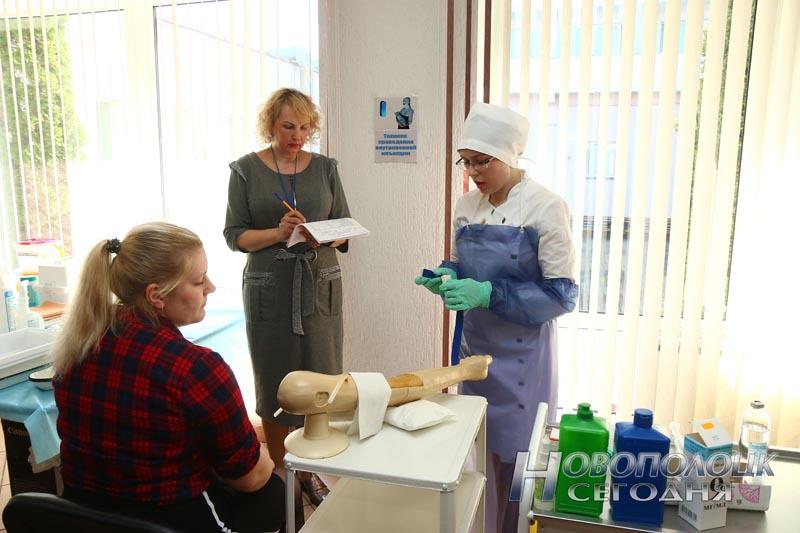 Конкурсантка сдает экзамен на технику проведения внутривенной инъекции