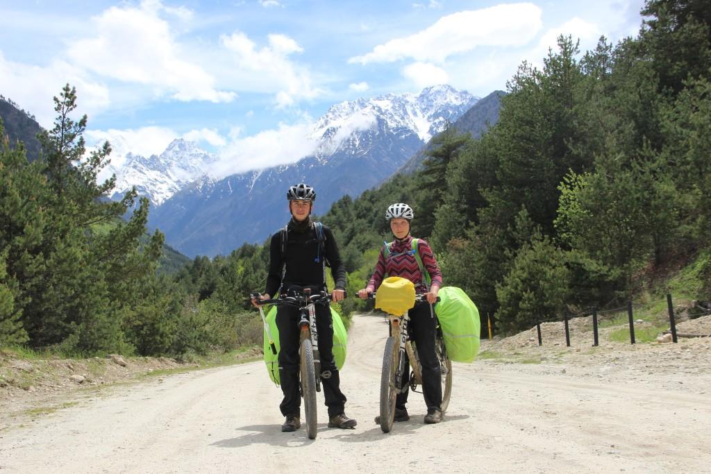Велопоход по Северной Осетии, в нацпарке Алания на фоне Горного Кавказского хребта, май 2017 года