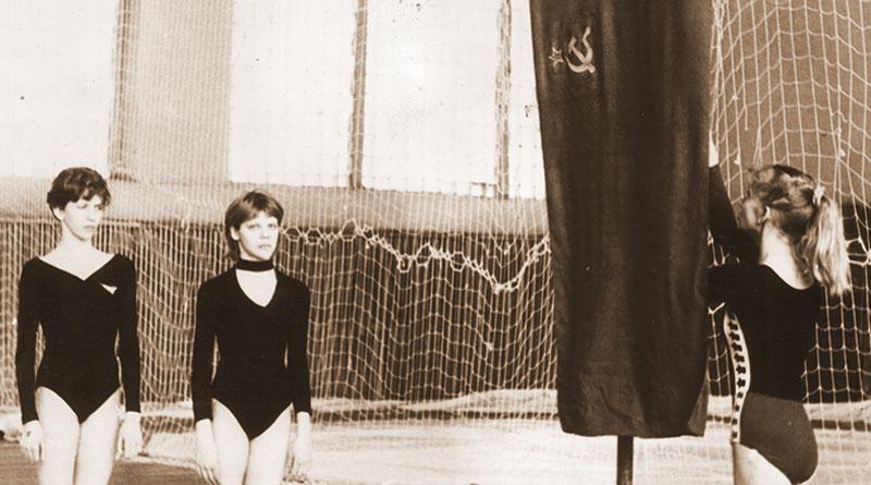 1986 год: флаг соревнований поднимает 13-летняя Ольга Горовец