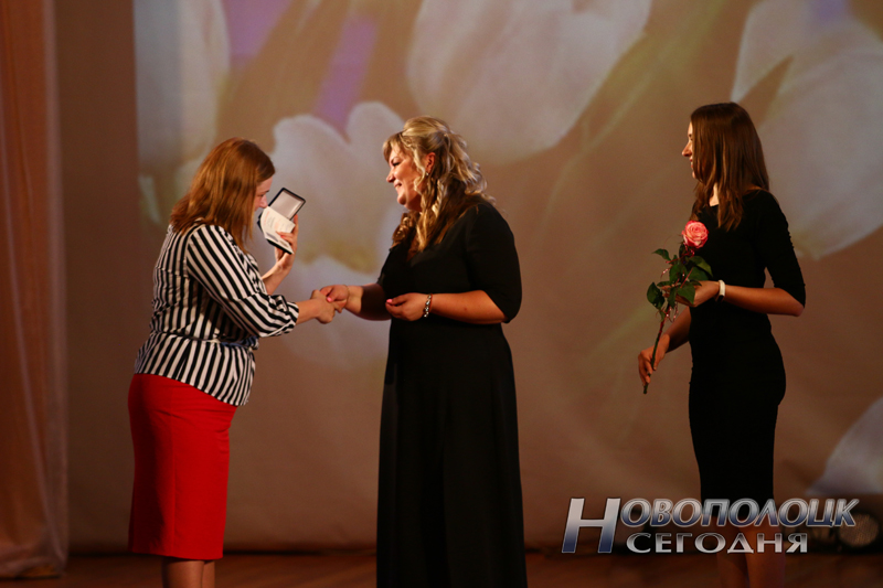 Людмила Тращенко вручает Алесе Коваленко юбилейную медаль «115 лет профсоюзному движению Беларуси»