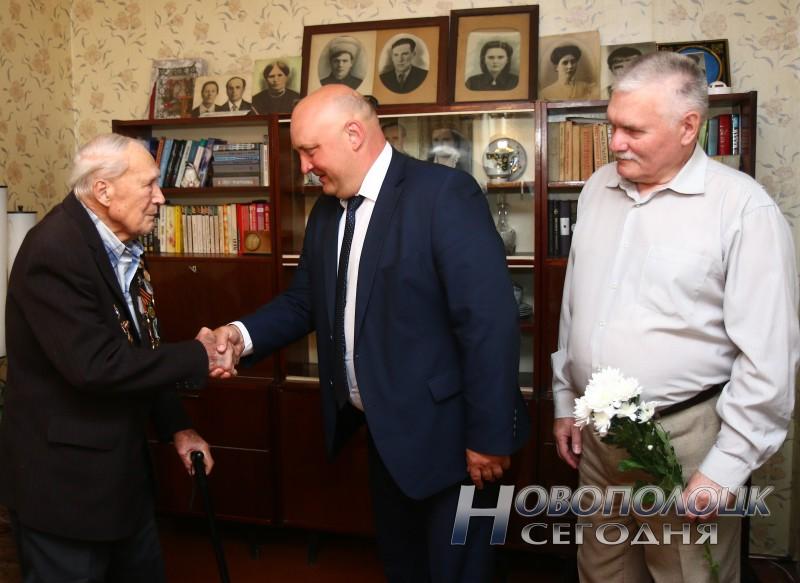 Дмитрий Демидов и Николай Колосов поздравляют Н.И.Будько