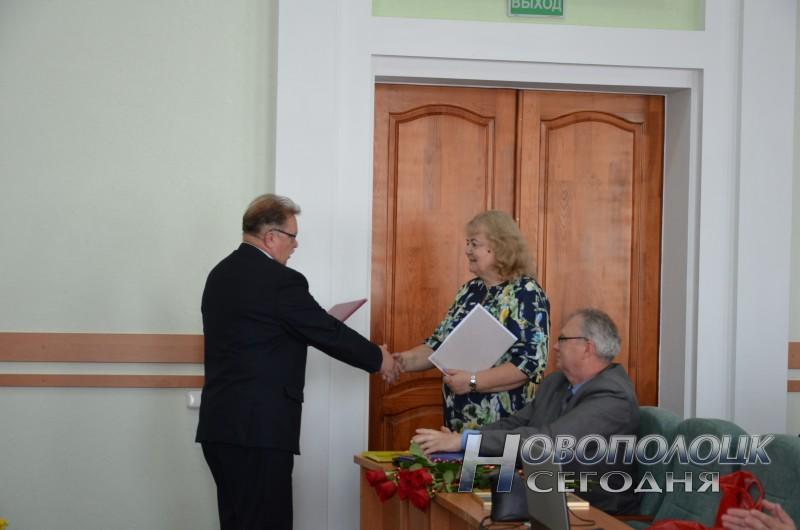 Пётр Гнутенко поздравляет Нину Тулинову