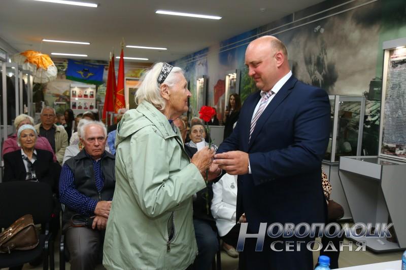 Глава города Дмитрий Демидов  лично поздравляет ветеранов.
