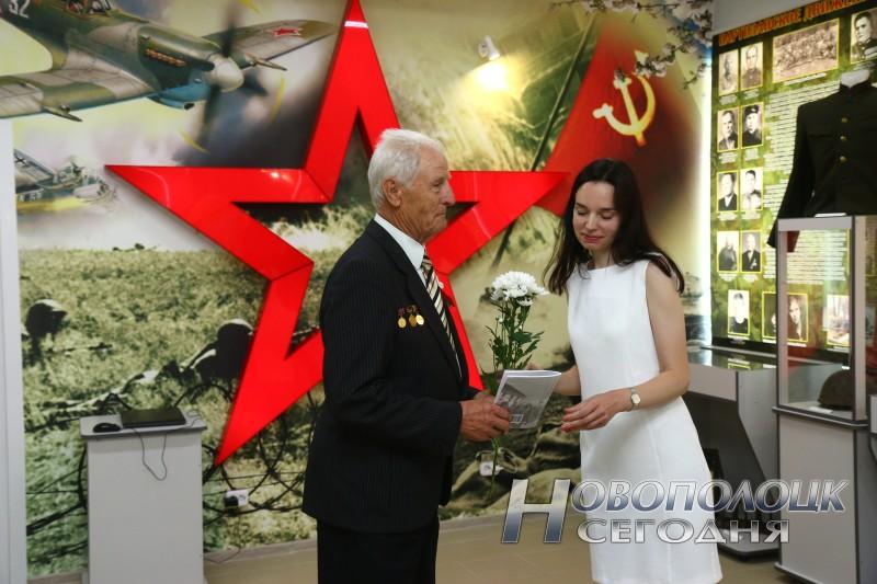 Петру Трабе вручают книгу воспоминаний новополочан о войне