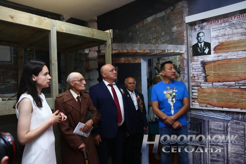 Гости, ветераны и руководство Новополоцка осматривают обновленную экспозицию