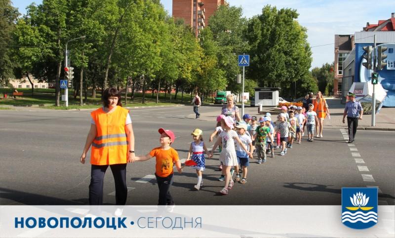 Сотрудник ГАИ Дмитрий Кулак проверил беседу о правилах дорожного движения с воспитанниками новополоцкого детского сада №5. Закрепили на практике.