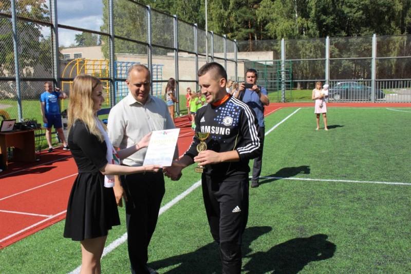 Капитан команды «Полимир» получает приз за 2 место
