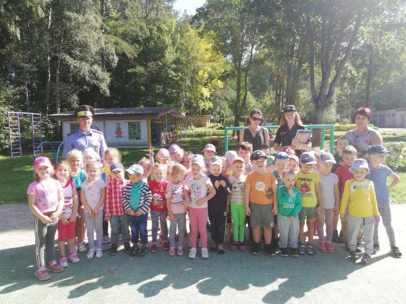 На фото: в рамках проведения профилактической акция «Внимание – дети!» сотрудники ГАИ рассказали детям о ПДД в детском саду №12.